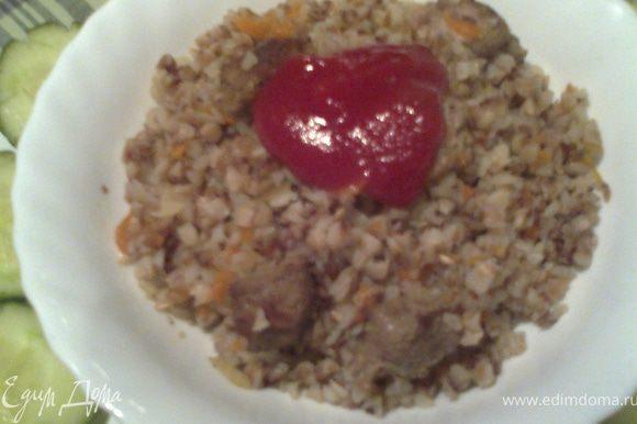 По желанию в тарелку добавляем кетчуп(мои так едят)