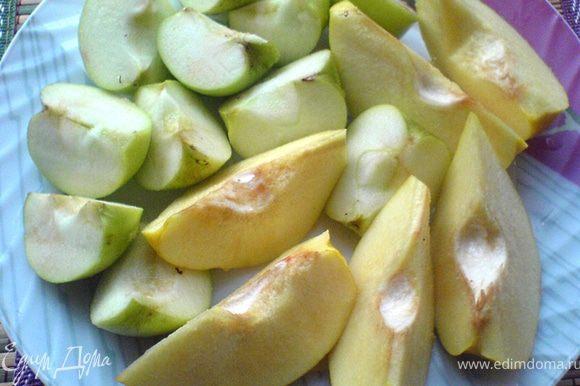 Подготовим айву и яблоки для начинки. Одну айву разрежем на 6 частей вдоль, сбрызнем лимонным соком. Одно крупное или два мелких яблока (Семеренко) также разрежем на 6 частей каждое.