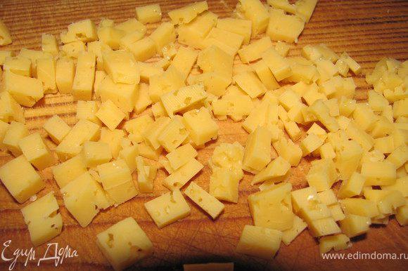 Твердый сыр мелко порезать.