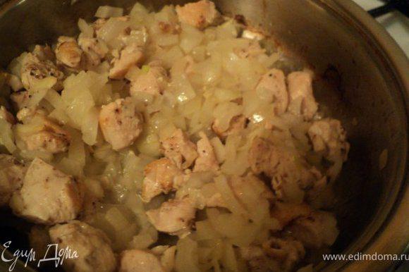 Добавить мелко порезанный лук, соль, перец и потушить еще 10-15мин.
