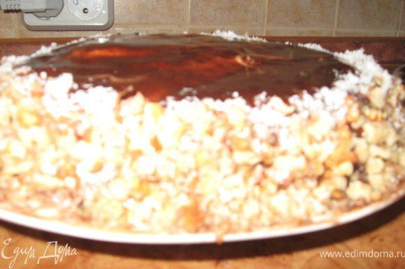 Украшаем торт помадкой, орешками и кокосовой стружкой (по желанию) даем настояться.