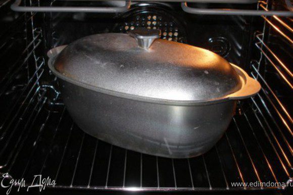 Тушить в духовке в течение 2 часов при температуре 180С. Аромат в вашем доме будет стоять потрясающий!