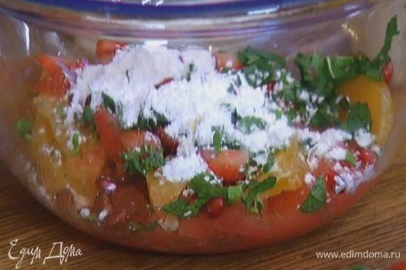 Соединить мякоть грейпфрута и апельсина, дольки мандарина, зерна граната, клубнику и мяту, добавить сахарную пудру, апельсиновую воду и перемешать.