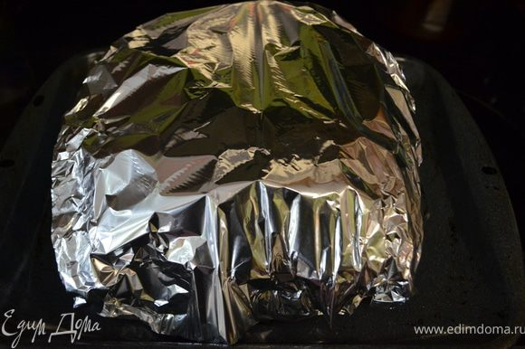 Разъемную форму для торта диаметром 26 см выстелить бумагой для выпечки, а с внешней стороны обернyть ее в несколько слоев фольги (как минимум 3). В подготовленную форму влить смесь для торта. Разогреть духовку до 150 °С. Вскипятить ~1,5 л воды. Поставить форму в глубокий противень и так в духовку, налить в противень горячую воду до половины уровня формы. Выпекать 60 мин. Духовку ни в коем случае не открывать!