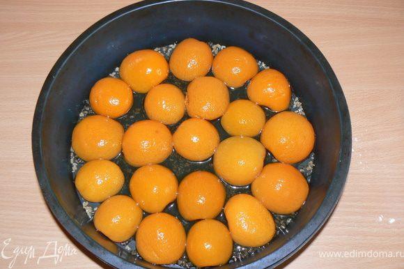Форму посыпать коричневым сахаром.С абрикосов слить сок,выложить в форму.