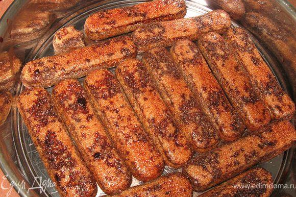 В полученном сиропе смачиваем печенье и выкладываемв форму.