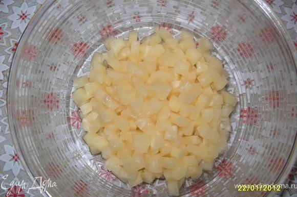 Нарезать средними квадратиками ананасы и мандарины.