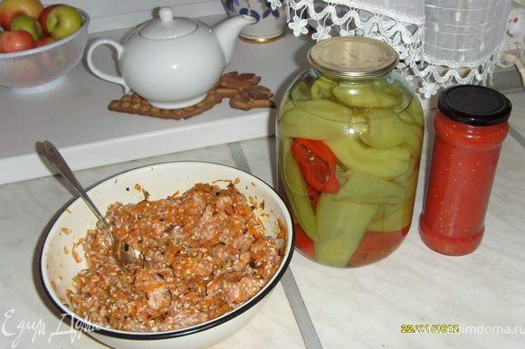 Сделала начинку для перцев. Для этого: поджарила на жиру мелко нарезанный лук, туда же отправила натертую на крупной терке морковь. Смешала промытый рис, свинной фарш (в идеале, я, когда не лень, мелко режу на кусочки жирную свинину), обжаренные лук и морковь, солю и перчу по-вкусу. Фарш готов.