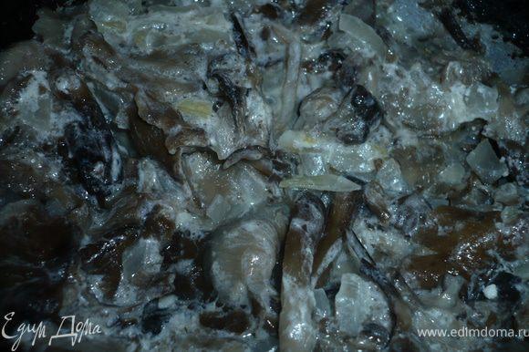 Грибы промыть в проточной воде, лук нарезать полукольцами и все потушить в сковороде со сметаной