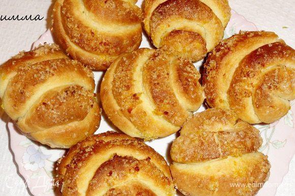 После выпечки булочки можно смазать сливочным маслом. Если хотите можно на поверхность нанести глазурь из сока апельсина и сахарной пудры…но мои съели так)))