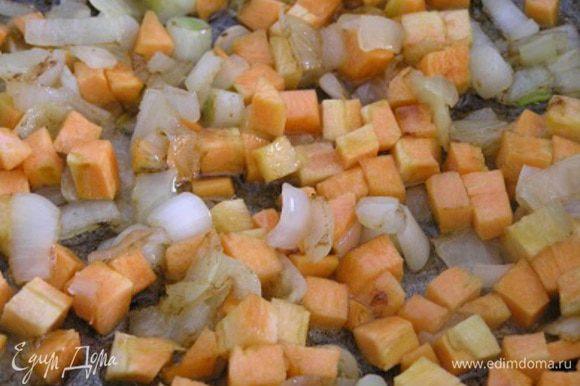 Приготовить соус болоньезе. В сковороде на оливковом масле обжарить мелко нарезанный лук, добавить нарезанную маленькими кубиками морковь.