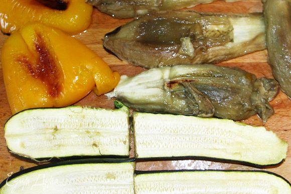 Запечённые горячие овощи на несколько минут прикрыть крышкой,полотенцем или полиэтиленом(как Вам больше нравится).Аккуратно и быстро почистить(стараемся донести блюдо до стола в тёплом виде).
