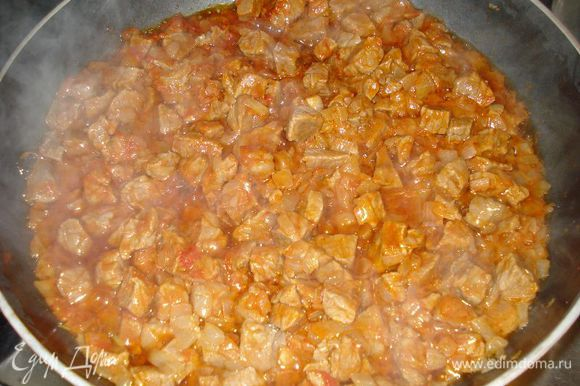 добавляем мясо и хорошо прожариваем,следом добавляем томатную пасту и чеснок.Когда мясо прожарится с томатной пастой,добавляем воды,чтоб покрыть мясо и тушим на медленном огне до готовности