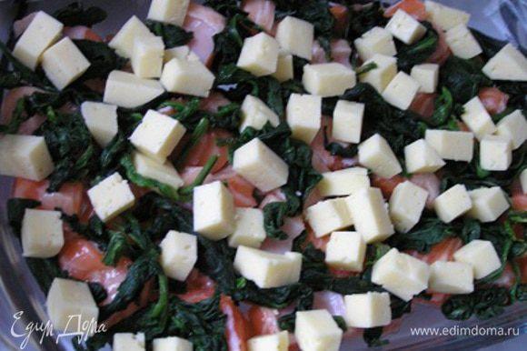 затем выложить шпинат и сыр, нарезанный небольшими кубиками.