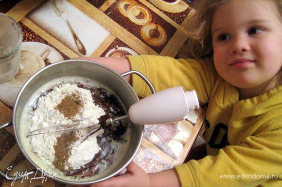 Шоколад расплавить с маслом. Яйца взбить с сахаром. Соединить всё это, перемешать. Добавить муку и пряности. Перемешать.