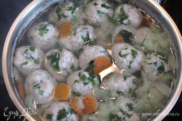 Минут за 4-5 до полной готовности картошки опустите фрикадельки и сельдерей в кастрюлю.