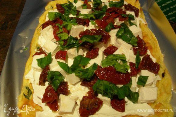 Произвольно распределяем по нему сыр, томаты и базилик. Я это сделала очень щедро, можно было поменьше начинки положить, так как потом было тяжеловато его в рулет скрутить, но все отлично получилось.