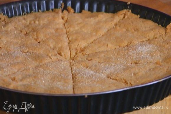 Горячее печенье присыпать сахаром.