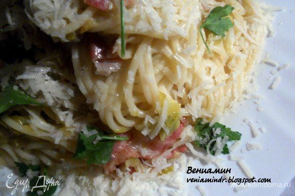 Отварить спагетти или другую пасту до состояния al-dente, воду слить (пару ложек можно добавить к луку). Бекон можно оставить цельным, либо измельчить. Соединить пасту с луком и беконом, при подаче присыпать пармезаном/пекорино и слегка сбрызнуть оливковым маслом EV. Очень рекомендую - потрясающий нежный лук, благодаря сливочному маслу, вину и длительному томлению обретает сливочно-пряное послевкусие....Превосходно!