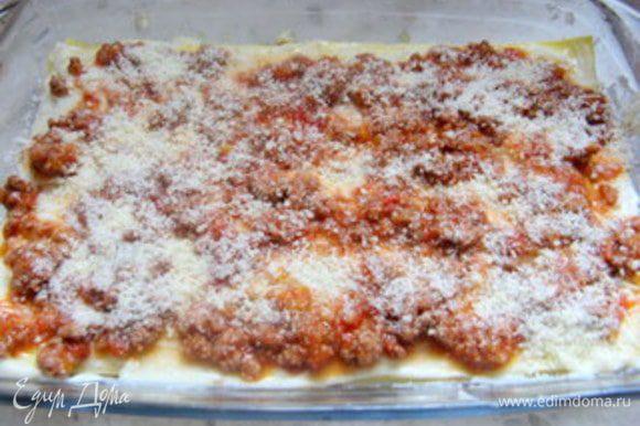добавить тонкий слой соуса-бешамель, толстый слой рагу и посыпать тёртым пармезанским сыром.
