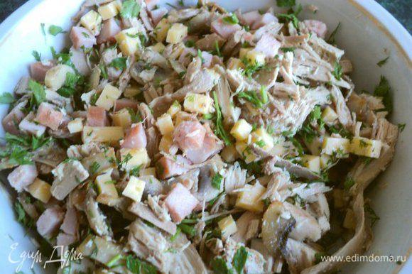 Смешать мясо фазана, ветчину, сыр, шампиньоны, добавить мелко порезанную петрушку.