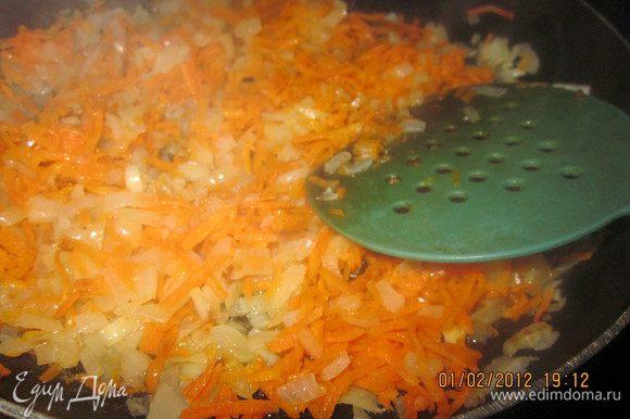 Перловку можно замочить в воде с вечера.Так она приготовится потом быстрее.Я не замачивала.Начнем готовить гуляш из сердца.Репчатый лук поджарим,добавим к нему морковь.Пережарим до полуготовности моркови.