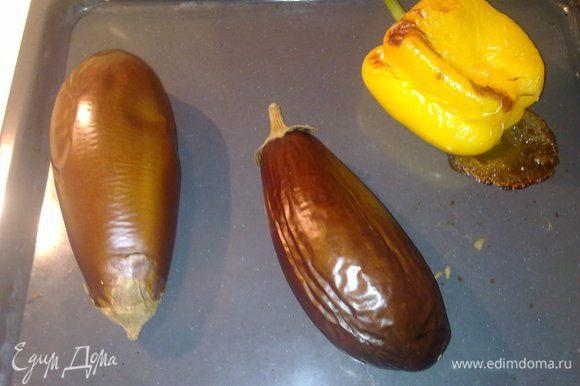 Выложить на протвень баклажаны и перец и поставить в духовку на 25 минут при 180 градусах.