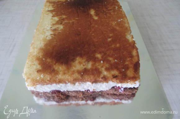 После остывания торт высунуть из формы, снять пергаментную бумагу