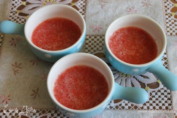 Теперь воду с желатином нагреваем, все время помешивая, до полного растворения желатина, не доводя до кипения. Оставляем немного остынуть. Теперь берем наше клубничное пюре, добавляем туда желатин с водой, перемешиваем и заливаем формочки. Убираем в морозилку на 10 минут.