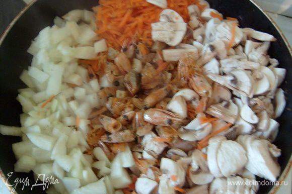 Тем временем натереть на крупной терке морковь, нарезать лук, шампиньоны. Добавить к головам и пассеровать 5-7 минут.