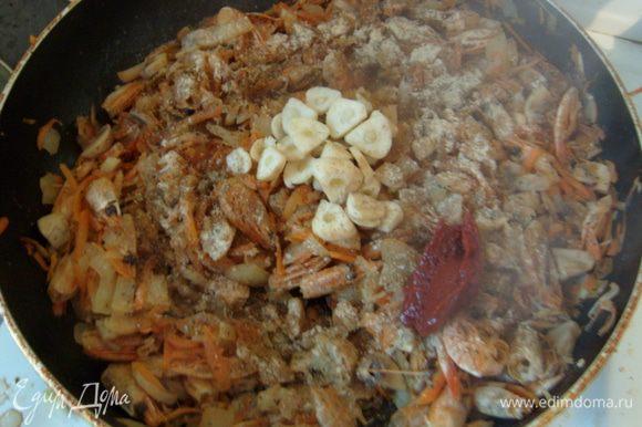Добавить рубленый чеснок, томатную пасту, имбирь, эстрагон. Тушить 5-7 минут