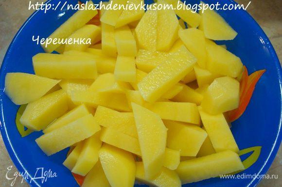 Картофель порезать кубиками…