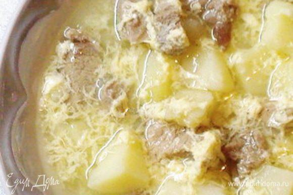 В кастрюлю налить воду,добавить телятину порезанную на куски .Как только вода закипит,ее вылить,мясо промыть.Снова залитьмясо водой и варить до готовности.Картофель очистить,нарезать на небольшие кусочки,добавить к мясу и +лук ,порезанный кубиками.Варить до готовности картофеля.В конце добавитьчеснок,посолить ,поперчить.Яйцо сколотить и вылить в суп.Получится красивая паутинка. Довести до кипения ,выключить.Если есть зелень,то хорошо бы тоже добавить.Ну и морковку тоже можно. Но я выставила вот рецепт,который люблю с детства.