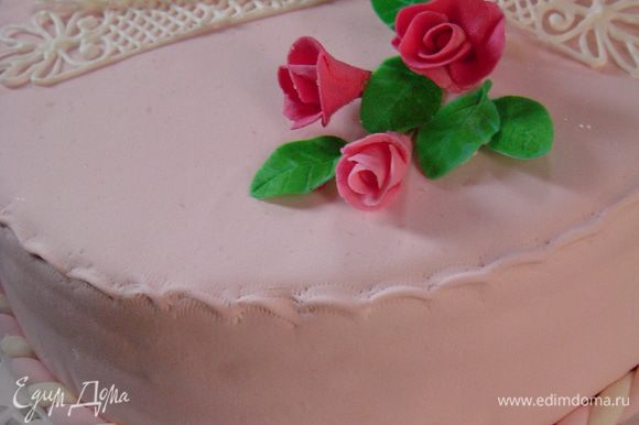 Дополнила розами из мастики и обрамила торт жгутом из двухцветной мастики.