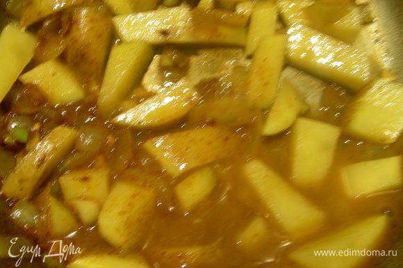 Затем кладем картофель, добавляем немного бульона или воды и варим минут 15.