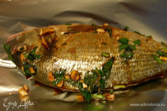 Выкладываем рыбку на фольгу и закрываем ее. Готовим ее в пароварке или в духовке (180гр) минут 20-25.