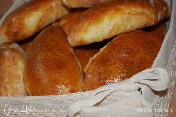 Горячие пирожки накроем льняным полотенцем,остудим(до возможного терпения) и дегустируем с новыми вкусовыми ощущениями,ведь начинки новые!