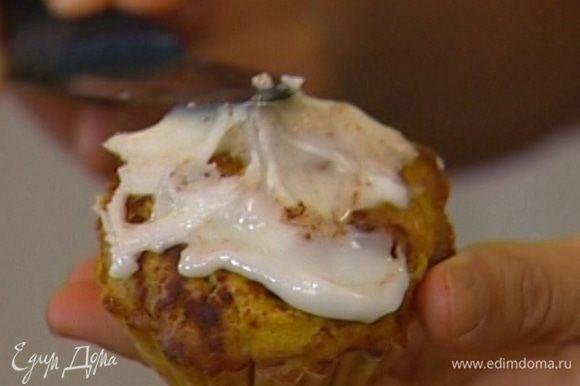Дать кексам немного остыть прямо в формочках, затем покрыть их глазурью.