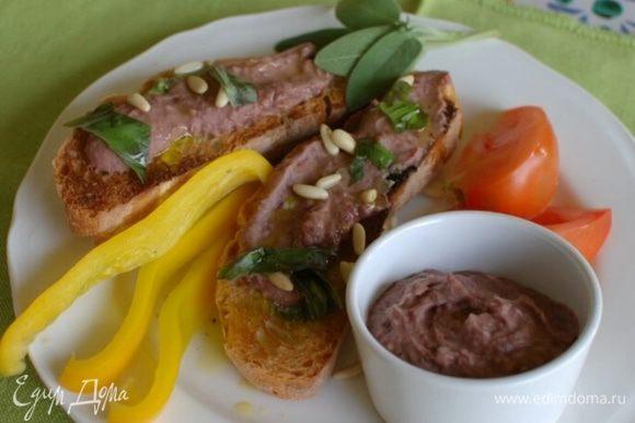Сладкий перец и огурец нарезать длинными брусками, а помидор дольками, подавать овощи с оставшимся дипом.