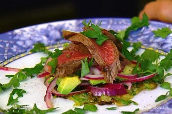 Выложить сверху по нескольку ломтиков мяса, снова присыпать зеленью и накрыть второй лепешкой.