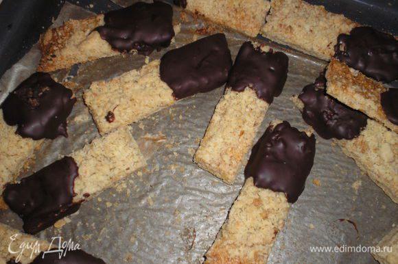 Печенье мокать одним концом в шоколад и выкладывать на пергамент для остывания. Вкуснее всего печенье когда постоит пару часов.