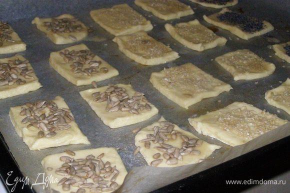 Уберем в холодильник часа на два. После этого тонко раскатаем тесто, нарежем квадратами, выложим на лист, застеленный пергаментом. Смажем яйцом и посыпем маком, кунжутом и т.д.