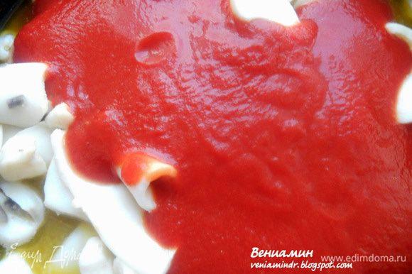 Добавить томаты, перемешать и готовить под крышкой, помешивая, на деликатном огне, 30-40 минут или до желаемой мягкости кальмаров. В процессе присолить по вкусу.