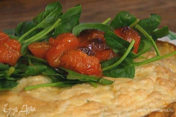 Готовый омлет переложить на тарелку, на одну половину выложить листья шпината и помидоры.