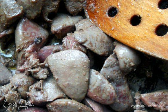 В сотейнике/сковороде разогреть оливковое масло, обжарить промытую, высушенную и нарезанную произвольными кусками печень, до желаемого состояния (обычно 3-4 минуты достаточно). Присолить по вкусу.