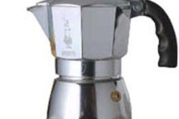 """Заливаем в нижнюю емкость гейзерной кофеварки холодную воду. Насыпаем слой кофе крупного помола в фильтр и слегка ложкой """"прибиваем"""""""