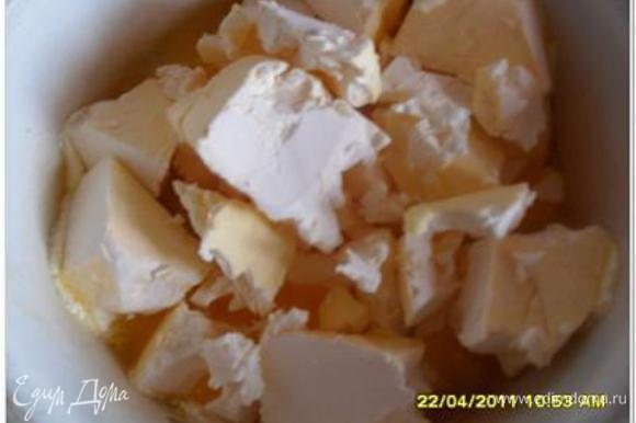 Пока подходит опара, отделить желтки от белков, белки убрать в холодильник, пригодятся для глазури. Растопить маргарин или сливочное масло.