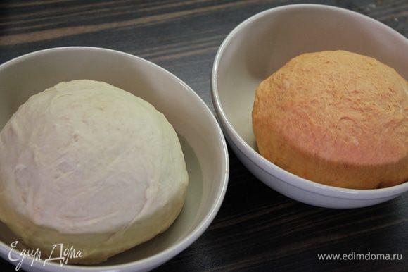 Разделить тесто на две части и в одну вмешать томатную пасту (добавив 3 щепотки муки,чтобы не клеилось к рукам).. Поставить в теплое место для подъема на 2 часа!