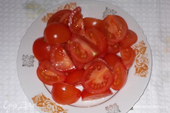 помидоры черри разрезать,если мелкие пополам,если крупные-на 4 части
