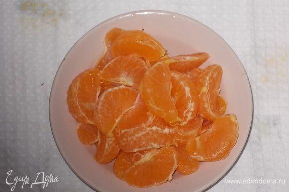 очищенные мандарины разделить на дольки